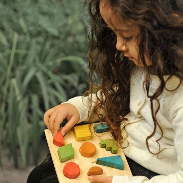 دختر در حال جابجایی قطعه های صفحه اشکال 9 قطعه