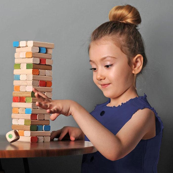 کودک در حال بازی با جنگا 54 قطعه رنگی