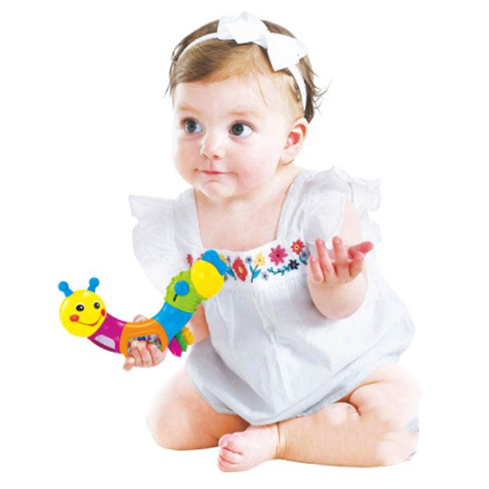 کودکی که با کرم جغجغهای هولابازی می کند