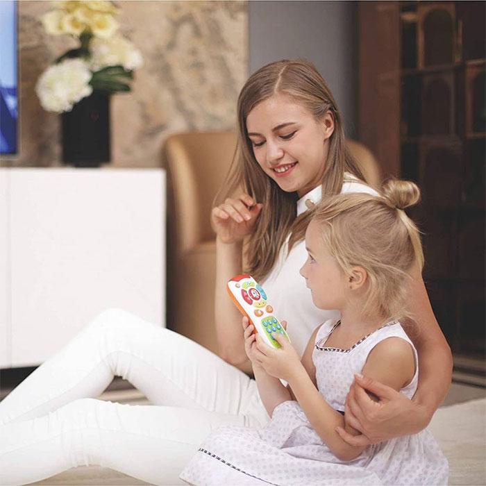 بازی کودک با ریموت کنترل هولا